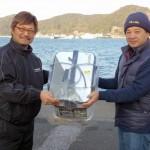 立石支部長(右)より優勝賞品を受け取る芦浦