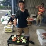 懇親会でみんなの為に汗だくになってお肉を焼く福祉部長の富田さん。